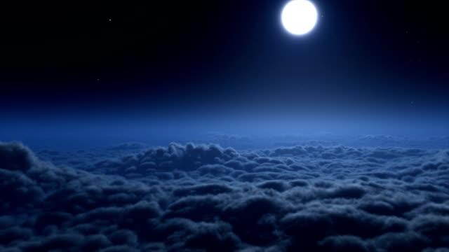 vídeos de stock, filmes e b-roll de voando sobre nuvens à noite - só céu