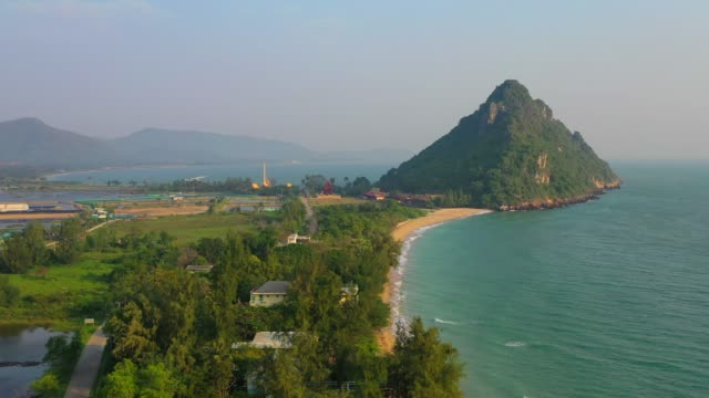 flygande över kusten av drone, prachuabkirikhan, thailand - utebassäng bildbanksvideor och videomaterial från bakom kulisserna