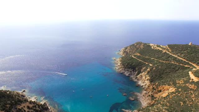 flygande över färgglada sardinien medelhavet kust vid soluppgången - bak och fram bildbanksvideor och videomaterial från bakom kulisserna
