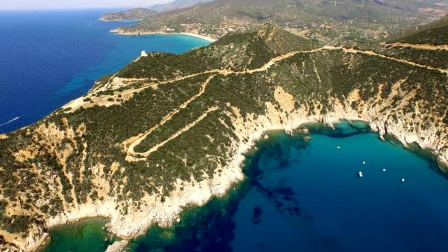 flug über bunte sardinien mediterranen meer küste bei sonnenaufgang - sardinien stock-videos und b-roll-filmmaterial