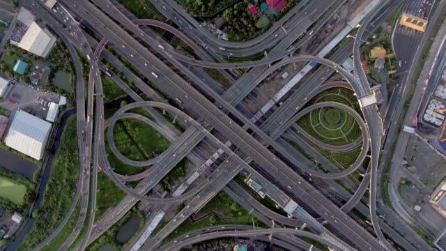 Flygande över komplex landsvägen och trafiken i Bangkok, Thailand, övre Flygfoto, Overhead skott