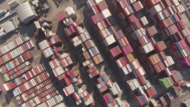 vídeos y material grabado en eventos de stock de sobrevolar el almacén industrial de contenedores por la mañana, vista superior aérea - grulla de papel