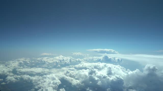 vidéos et rushes de voler au-dessus des nuages de cumulus (cockpit pov shot) - cumulus