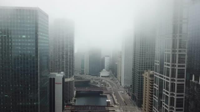 vídeos de stock, filmes e b-roll de voando sobre o rio vazio de chicago durante a pandemia covid-19 - chicago illinois