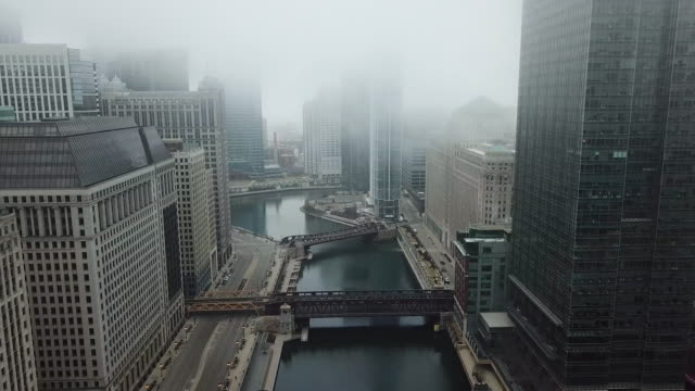 stockvideo's en b-roll-footage met vliegen over lege chicago river tijdens covid-19 pandemie - kaal