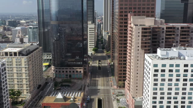 vídeos de stock e filmes b-roll de flying over empty downtown street during coronavirus pandemic - city of los angeles