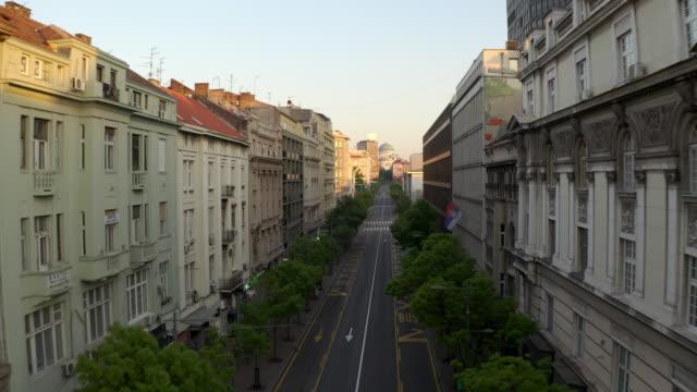 vídeos de stock e filmes b-roll de flying over empty downtown street during coronavirus pandemic - quarentena