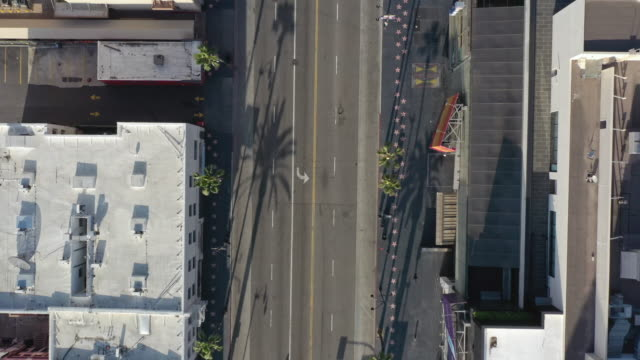 vídeos de stock e filmes b-roll de flying over empty hollywood boulevard during coronavirus pandemic - city of los angeles