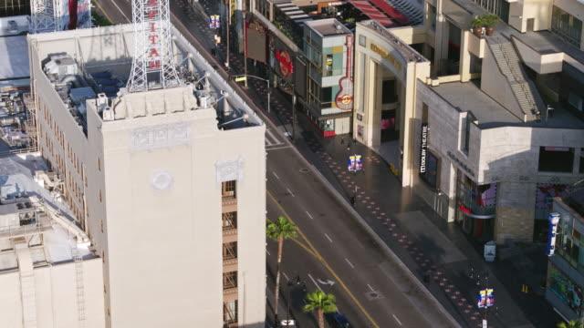 vídeos de stock e filmes b-roll de flying over empty hollywood boulevard during coronavirus pandemic - hollywood walk of fame
