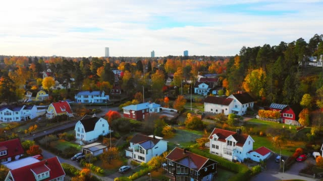 vídeos de stock, filmes e b-roll de voando sobre a área do lago e da vila da queda edsviken, manhã, sollentuna, estocolmo - aldeia