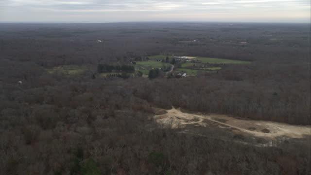 flying over farms and forest in the interior of martha's vineyard, massachusetts. shot in november 2011. - artbeats 個影片檔及 b 捲影像