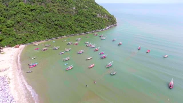 Flug über Angeln Boote vertäut am Strand, Aerial video