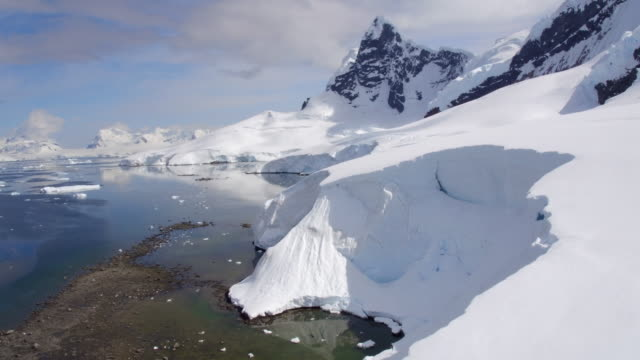 vídeos de stock, filmes e b-roll de flying over glacier in paradise bay, antarctica - antártica
