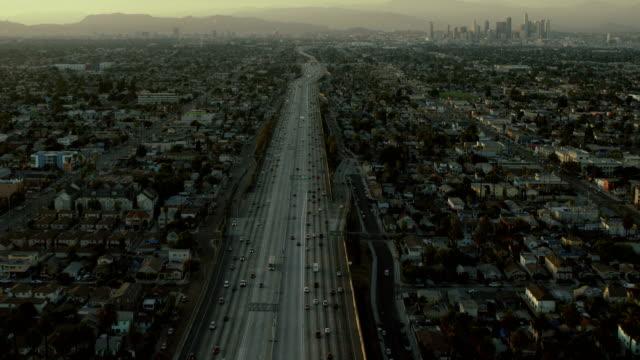 flying over harbor freeway in los angeles - トラッキングショット点の映像素材/bロール