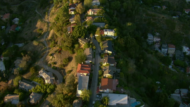 flying over homes in the hollywood hills - collina video stock e b–roll