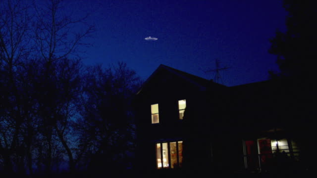 ws la ufo flying over house at night, neenah, wisconsin, usa - ufo点の映像素材/bロール