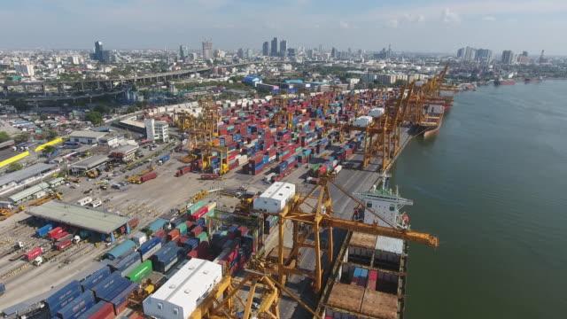 vídeos y material grabado en eventos de stock de volando sobre el puerto industrial con contenedores por la mañana, vídeo aéreo - grulla de papel