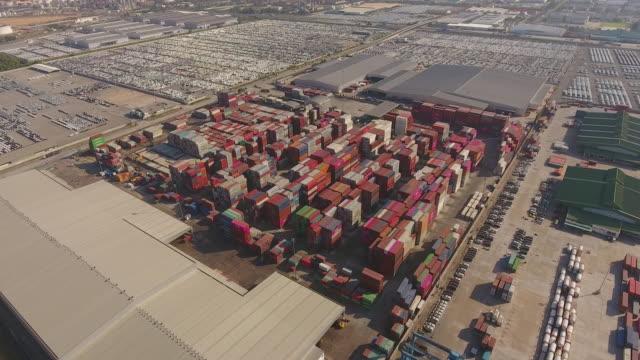 vídeos y material grabado en eventos de stock de sobrevolando el puerto industrial con contenedores en morning sunlight, video aéreo - grulla de papel