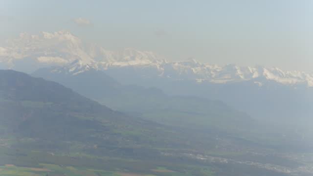 ジュネーブ湖とスイスアルプスの上空を飛行 - 地形点の映像素材/bロール