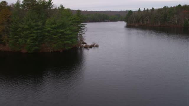 flying over lake in western rhode island. shot in november 2011. - artbeats 個影片檔及 b 捲影像