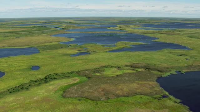 vidéos et rushes de flying over lakes in western alaska - hémisphère nord