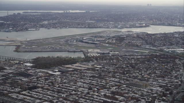 flying over long island with la guardia airport in distance, new york city. shot in november 2011. - artbeats bildbanksvideor och videomaterial från bakom kulisserna