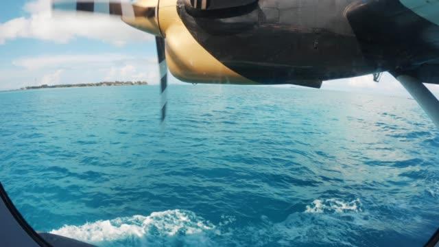 水上飛行機とモルディブ諸島フライング - 水上飛行機点の映像素材/bロール
