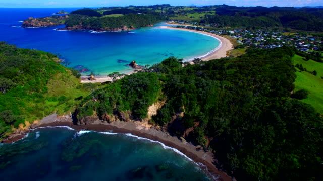 vídeos y material grabado en eventos de stock de volando sobre la bahía matapouri - nueva zelanda
