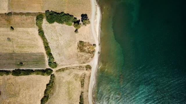 vídeos de stock e filmes b-roll de flying over mediterranean sea - penhasco caraterísticas do território