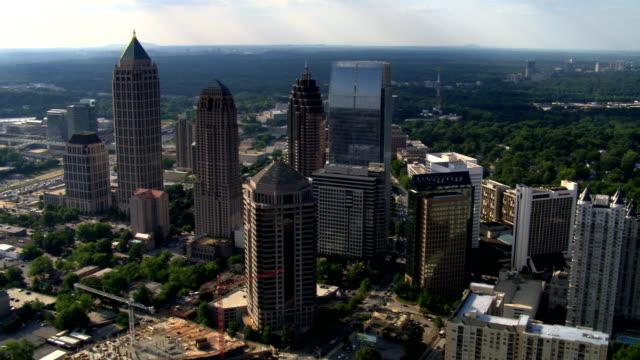 flying over midtown atlanta, georgia. shot in 2007. - artbeats bildbanksvideor och videomaterial från bakom kulisserna