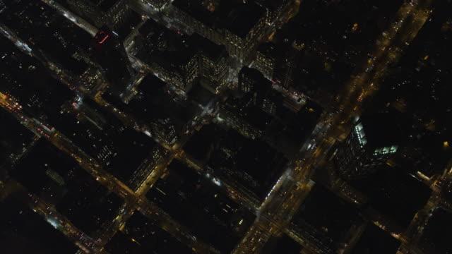 vídeos y material grabado en eventos de stock de flying over midtown manhattan at night, approaching times square. shot in november 2011. - artbeats