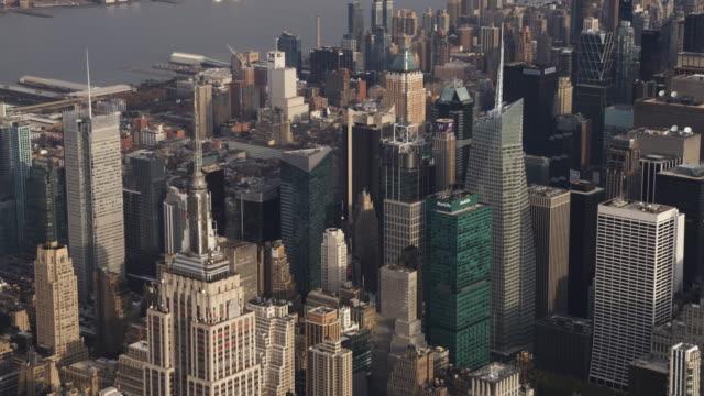 flying over midtown manhattan, looking toward times square. shot in 2011. - artbeats 個影片檔及 b 捲影像