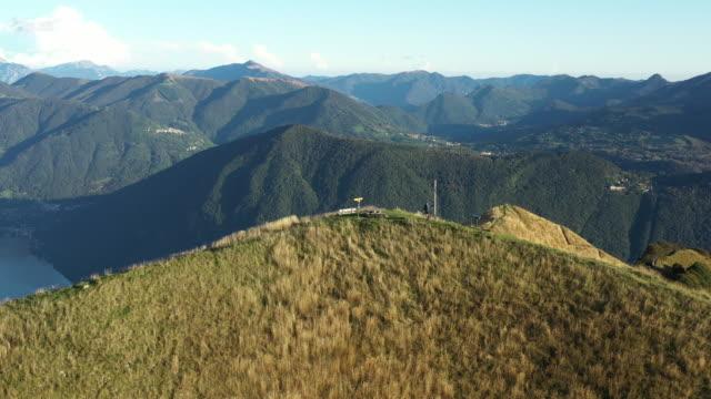 fliegen über bergrücken im tessin, schweiz bei sonnenuntergang - gebirgskamm stock-videos und b-roll-filmmaterial