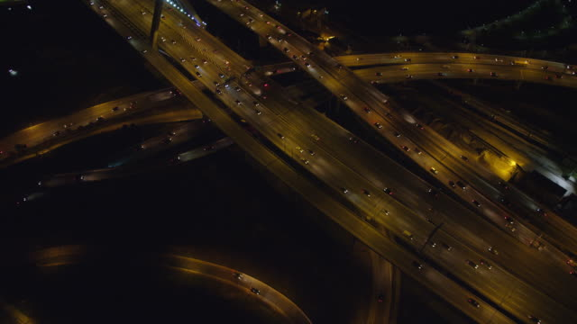 vídeos de stock e filmes b-roll de flying over north end boston traffic at night. shot in 2011. - trevo de quatro folhas