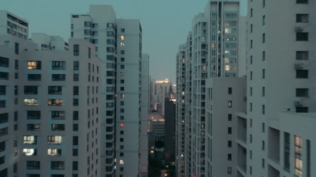 flying over residential buildings - wohnung stock-videos und b-roll-filmmaterial