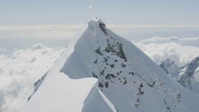 flying over shot of the mount cook peak - berggipfel stock-videos und b-roll-filmmaterial