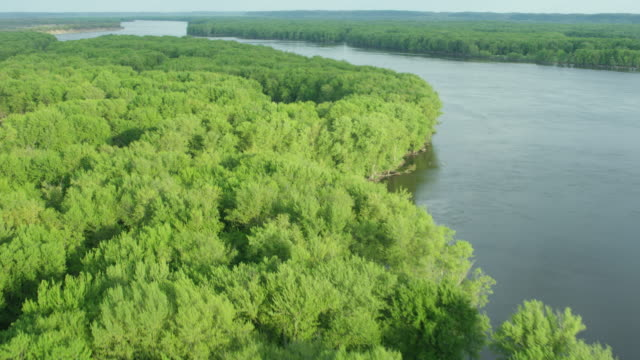 flying over shot of tree-covered isles in the mississippi river near blanding - illinois bildbanksvideor och videomaterial från bakom kulisserna
