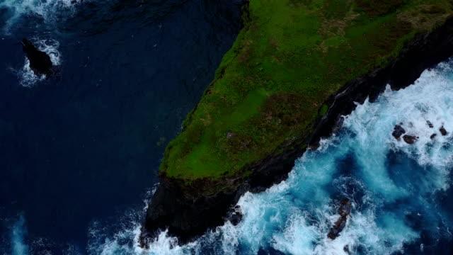 Fliegen über dem einarmigen Küstenabschnitt ragt heraus in Ozean