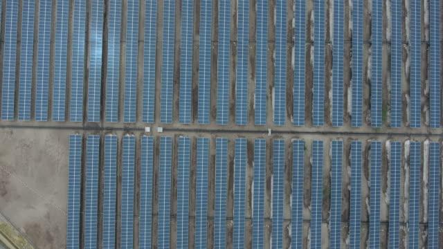 vídeos de stock, filmes e b-roll de voando sobre a exploração agrícola solar, a energia renovável, a energia solar - electrical equipment