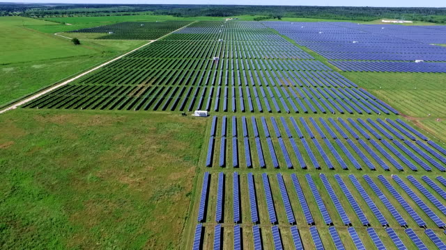 fliegen über solar panel farm in texas - flugzeugperspektive stock-videos und b-roll-filmmaterial