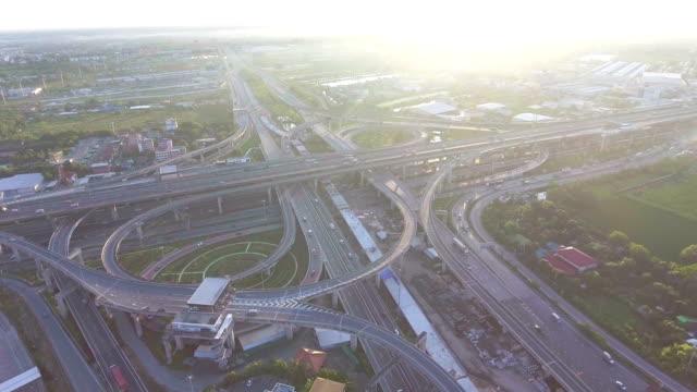 スタック高速道路とタイ ・ バンコク、空撮で朝の日差しとトラフィック上空 - バンコク点の映像素材/bロール