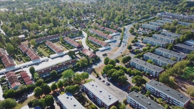 stockvideo's en b-roll-footage met vliegen over suburban stockholm, appartementsgebouwen, centrum sollentuna - buitenwijk