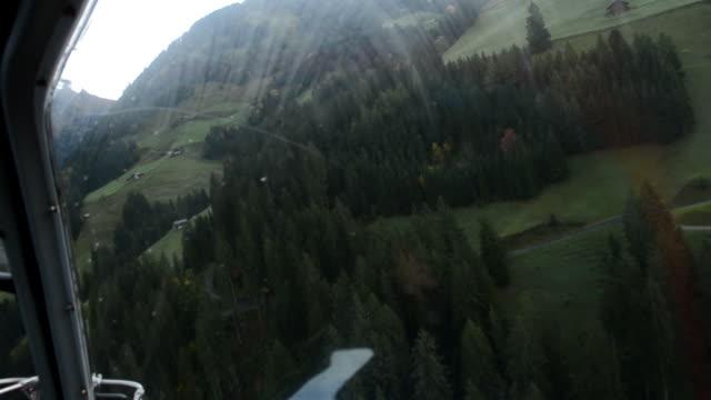 Fliegt über Schweizer Alpen Filmmaterial aus einem Hubschrauber