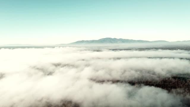 霧の雲の上の飛行 - 飛行機の視点点の映像素材/bロール