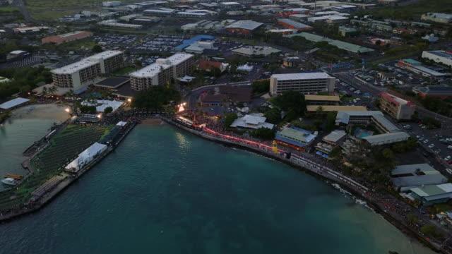 stockvideo's en b-roll-footage met flying over the famous kailua-kona bay waterfront, hawaii, usa - het grote eiland hawaï eilanden