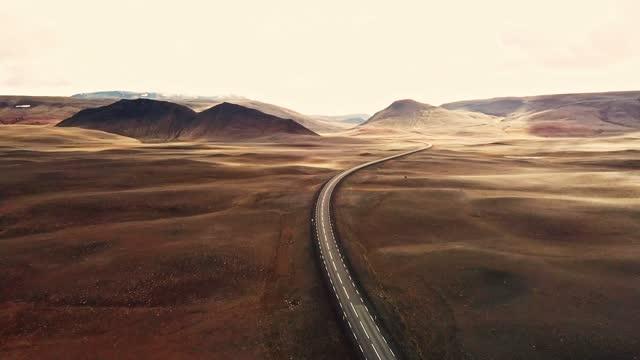 überfliegen der isländischen kurvenstraße - land stock-videos und b-roll-filmmaterial