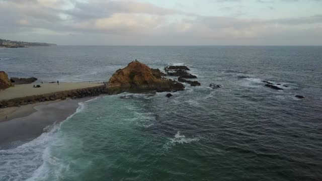 stockvideo's en b-roll-footage met flying over the laguna beach tide pools - laguna beach californië