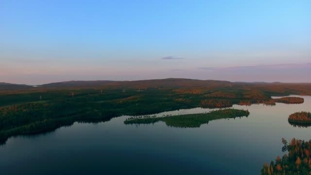 Flug über den See in Karelien in den frühen Morgenstunden