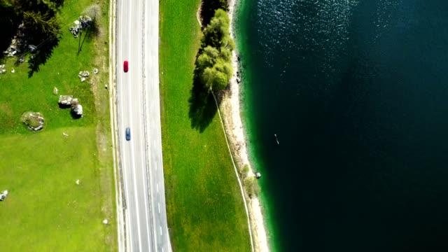 vídeos de stock e filmes b-roll de flying over the lake in switzerland - vista de cima para baixo