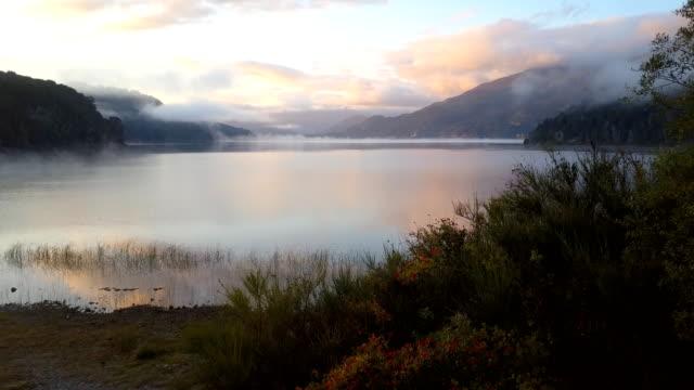vídeos de stock e filmes b-roll de flying over the lake in the morning - reflection